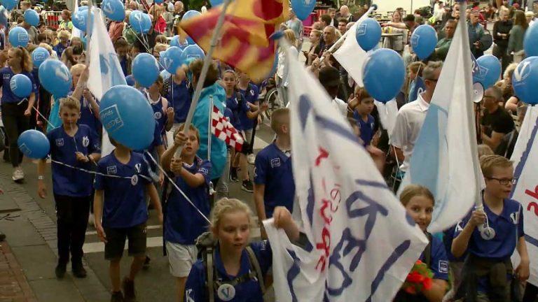 Het #Vteam voorop bij de Vlaggenparade